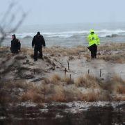 Polizisten suchen in den Dünen von Long Island nach weiteren Mordopfern.