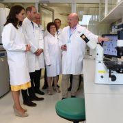 Das Paar besucht das Deutsche Krebsforschungszentrum und wird begleitet von Baden-Württembergs Ministerpräsident Winfried Kretschmann und dessen Frau Gerlinde.