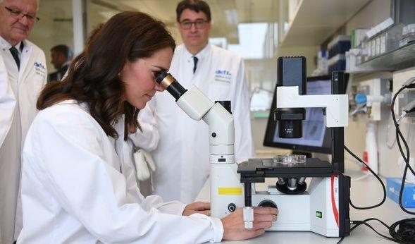Herzogin Kate darf durch ein Mikroskop schauen.