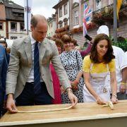 Auf dem Heidelberger Marktplatz üben sich William und Kate im Brezelrollen.