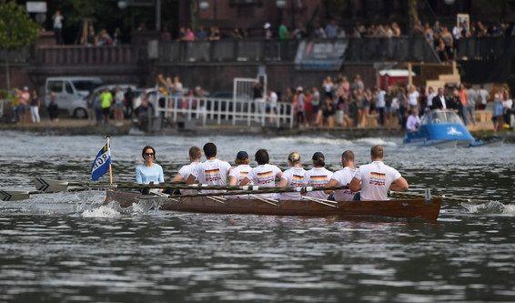 Insgesamt acht Ruderer haben die Ehre, das Boot der Herzogin voranzutreiben.