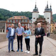 Auf dem Weg zum Neckar: Der britische Prinz William und seine Frau Herzogin Kate beim Spaziergang über die Alte Brücke in Heidelberg.