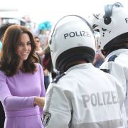Vor dem Hauptbahnhof begrüßen Sie Berliner Polizisten.