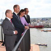 Die Royals schauen mit Bürgermeister Scholz und Intendant Christoph Lieben-Seutter von der Elbphilharmonie auf den Containerhafen.