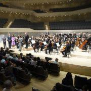 Im Inneren der Elbphilharmonie lauschen sie einem Kinderkonzert.