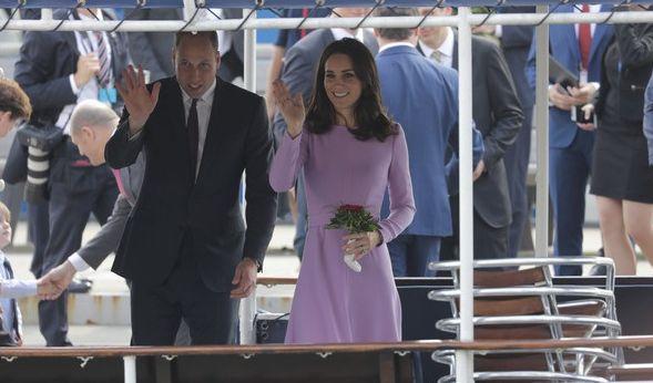 Prinz William und Herzogin Kate winken von einer Barkasse, mit der sie über die Elbe zu Airbus fahren.