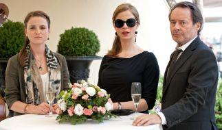 Commissario Brunetti (Uwe Kockisch) ist gemeinsam mit seiner Frau Paola (Julia Jäger, Mitte) und seiner Tochter Chiara (Laura-Charlotte Syniawa) zu einer Feier eingeladen worden. (Foto)