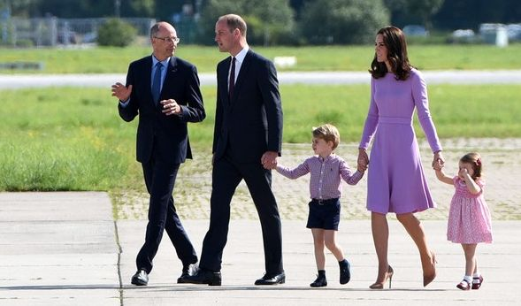 Zum Abschluss zeigen William und Kate auch ihre beiden Kinder Prinz George und Prinzessin Charlotte noch einmal.