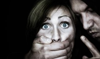 Eine Rentnerin wurde überfallen und brutal vergewaltigt. (Symbolbild) (Foto)