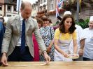 Der britische Prinz William und seine Frau Herzogin Kate formen am 20.07.2017 auf dem Marktplatz in Heidelberg Brezeln. (Foto)