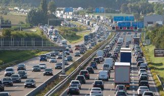 Zweite Reisewelle in den Sommerferien und Rückreisende sorgen am Wochenende für volle Autobahnen. (Foto)
