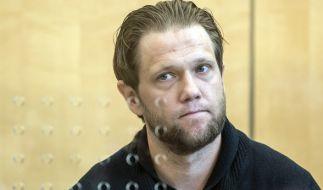 Der angeklagte Salafistenprediger Sven Lau steht am 25.04.2017 in Düsseldorf (Nordrhein-Westfalen) vor Prozessbeginn im Gerichtssaal. (Foto)