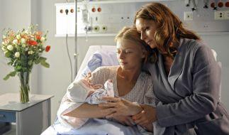 Aus Liebe zu ihrer Tochter vertauscht Sophia (Christina Plate, r.) nach der Geburt ihr Baby mit dem ihrer Tochter. (Foto)