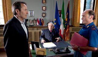 Vize Questore Patta (Michael Degen, Mitte) hält im Gegensatz zu Guido Brunetti (Uwe Kokisch, li.) und Sergente Vianello (Karl Fischer) den Fall für abgeschlossen. (Foto)