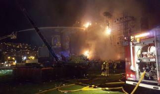 """Feuerwehrkräfte löschen in Barcelona (Spanien) an der Hauptbühne des Festivals """"Tomorrowland"""" ein Feuer. (Foto)"""