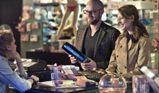 Elizabeth Kiehl (Lavinia Wilson) und Ehemann Georg (Jürgen Vogel) im Sexshop. (Foto)