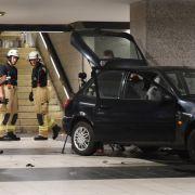 Auto fährt U-Bahn-Treppe hinunter - Zwei Menschen flüchtig (Foto)