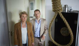 Marie Brand (Mariele Millowitsch) entdeckt mit Jürgen Simmel (Hinnerk Schönemann) zusammen einen Galgenstrick in ihrer Wohnung. (Foto)