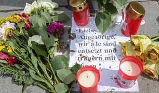 Nach der Messerattacke von Hamburg-Barmbek sitzt der Schock in der Hansestadt tief. Trauernde haben vor dem Supermarkt, in dem der Amoklauf stattfand, Blumen niedergelegt. (Foto)