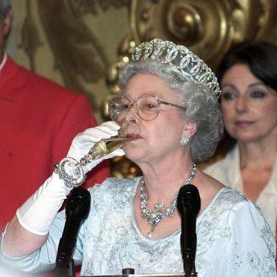 Cheers! So viel Alkohol kippt die Königin TÄGLICH (Foto)