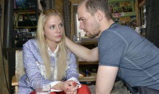 Sunny steht völlig neben sich: Ihr Ehemann Felix hat sie monatelang betrogen. Chris versucht sie zu beruhigen. (Foto)