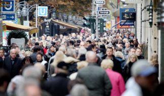 Menschen drängen sich an einem verkaufsoffenen Sonntag über die Einkaufsstrasse Königsallee in Düsseldorf. (Foto)