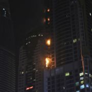 Riesige Flammen schlugen aus Wolkenkratzer in Dubai (Foto)
