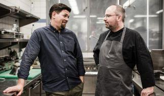 Tim Mälzer und Christian Lohse stehen sich im Kochduell gegenüber. (Foto)