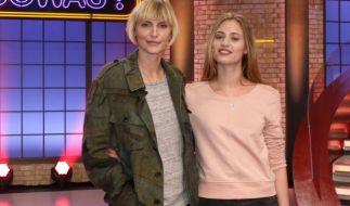 Nadja Auermann (links) und Cosima Auermann zocken gegeneinander. (Foto)