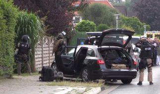 Das SEK in Oldenburg bereitet sich auf die Stürmung des Hauses vor. (Foto)