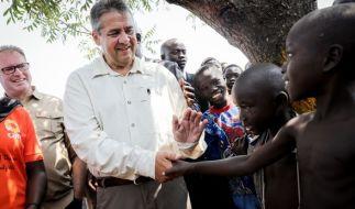 Sigmar Gabriel (SPD) im Rhino Camp in Ofua, im Norden von Uganda, beim Besuch einer Flüchtlingssiedlung mit Kindern aus Südsudan. (Foto)