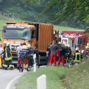 Müllwagen kippt um und tötet fünf Menschen in Auto (Foto)