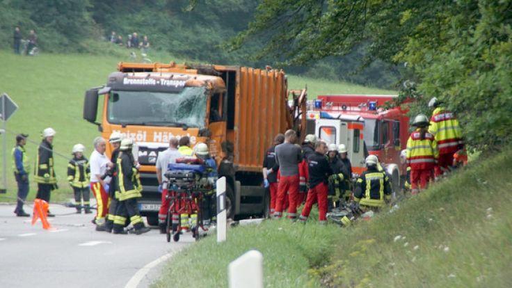Nach ersten Angaben der Polizei sind bei dem Unfall bei Nagold fünf Menschen ums Leben gekommen. (Foto)