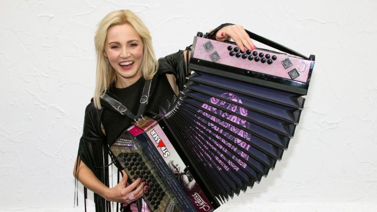 """Melissa Naschenweng gibt sich bei """"Immer wieder sonntags"""" am 13. August mit ihrem Akkordeon die Ehre. (Foto)"""