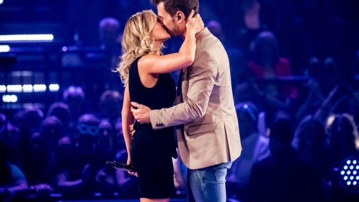 Helene Fischer küsst ihren Lebensgefährten, Moderator Florian Silbereisen, bei der ARD-Show