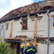 Im Dach des Hauses klafft eine riesige Lücke.