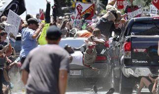 Ein Auto fährt am 12.08.2017 in Charlottesville (USA) in eine Gruppe von Gegendemonstranten. (Foto)