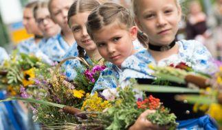 Mädchen mit Kräutersträußen an Mariä Himmelfahrt. (Symbolbild) (Foto)