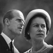 Die britische Königin Elizabeth II und ihr Gemahl, Prinz Philip, der Herzog von Edinburg, während eines Besuches am 20.06.1956.