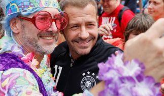 """Auch auf dem """"Schlagermove"""" in Hamburg ist Willi Herren (m.) ein gern gesehener Gast. (Foto)"""