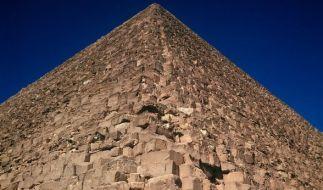 Die Pyramiden von Gizeh - hier die weltberühmte Cheops-Pyramide - sollen Wiessagungen zum bevorstehenden Weltende verborgen halten. (Foto)