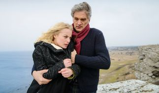 Kommissar Robert Anders (Walter Sittler) hält Elsa Norén (Ida Engvoll) vom Selbstmord ab. (Foto)