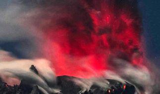 Der Vulkan Sinabung spuckt im Februar 2017 in Karo, Nord Sumatra, Indonesien, Asche und Rauch. (Foto)