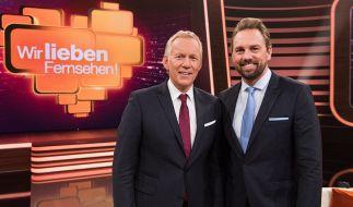 """Johannes B. Kerner (l.) und Steven Gätjen präsentieren bei """"Wir lieben Fernsehen"""" die Highlights aus 50 Jahren Farbfernsehen. (Foto)"""