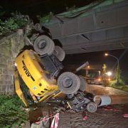 Bagger stürzt von Eisenbahnbrücke - Fahrer schwer verletzt (Foto)