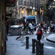 Polizisten und Hotelangestellte ziehen mit Gruppen verunsicherter Urlauber durch die nächtlichen Straßen rund um den Anschlagsort, um ihnen sicheres Geleit zu ihren Hotels zu geben.