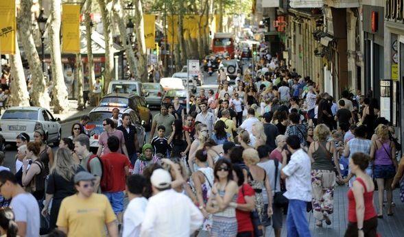 Nur kurz nach dem islamistischen Anschlag mit einem Lieferwagen in Barcelona mit mindestens 13 Toten hat die Polizei in einem katalanischen Touristenort vermutlich eine zweite Terrorattacke verhindert.