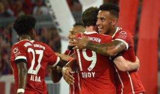 Sebastian Rudy und Corentin Tolisso von München jubeln über das 2:0. (Foto)