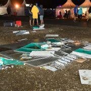 Trümmerteile leigen am 18.08.2017 auf dem Gelände des Chiemsee-Summer-Festivals im bayerischen Übersee, das nach einem Unwetter abgebrochen wurde.