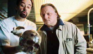 Professor Dr. Boerne (Jan Josef Liefers, links) und Kommissar Thiel (Axel Prahl) untersuchen das Skelett eines Toten. (Foto)